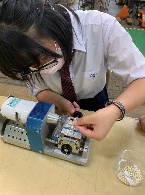 神奈川県立横須賀工業高等学校生徒による真珠の加工2.jpg