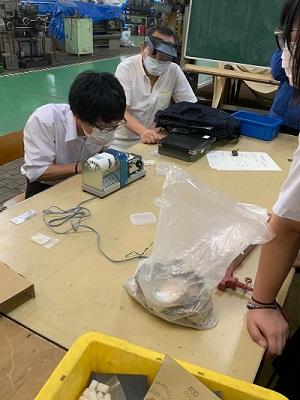 神奈川県立横須賀工業高等学校生徒による真珠の加工1.jpg