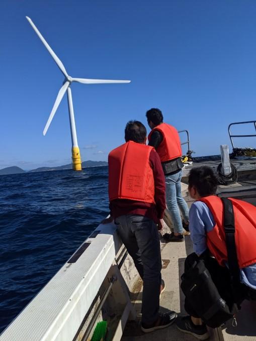 長崎・五島の洋上風力発電を船上から見学