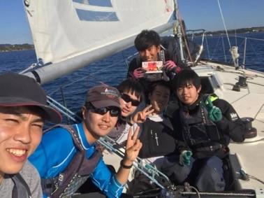 ヨット上でピースサインをする6人