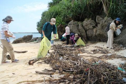 沖縄にて行われた海洋ゴミの調査