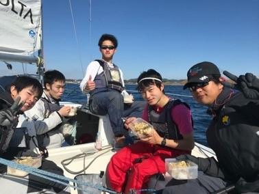 ヨットの上でお弁当と食べる5人