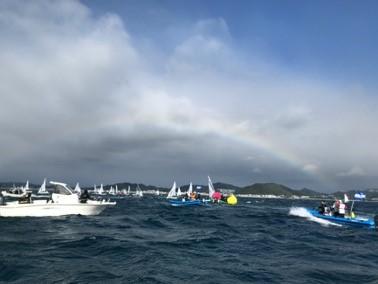 雲がかった空に虹がかかった写真
