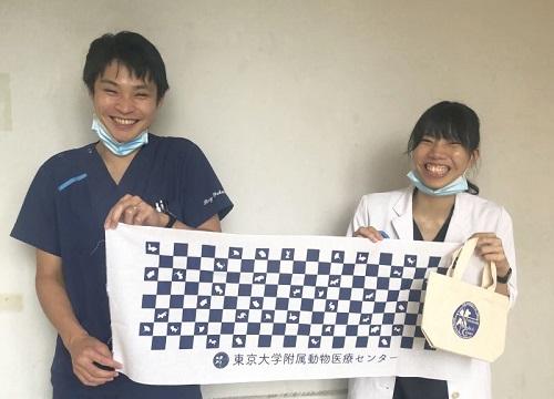 完成品を手に笑顔の福岡玲医師(左手)と赤熊帆波獣医師(右手).jpg