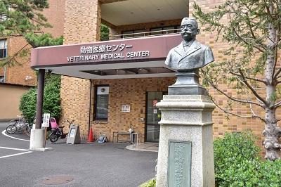 動物医療センター正面玄関 ヤンソン先生銅像